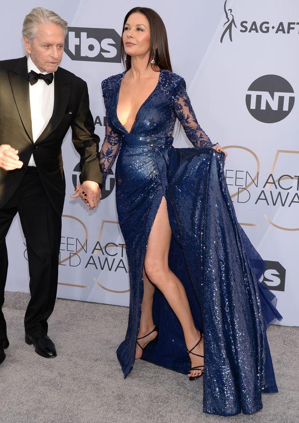 Catherine Zeta-Jones esitteli huimaa halkiotaan. Vierellä puoliso Michael Douglas.