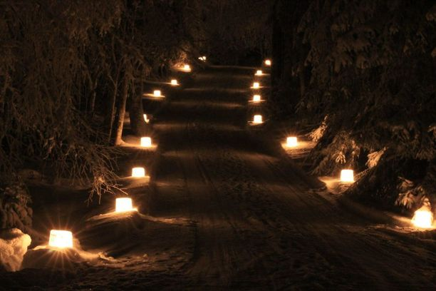 Kuva viime vuoden jäälyhdyistä. Tämän vuoden jäälyhdyt on laitettu iltapäivällä paikoilleen ja ne sytytetään illalla.