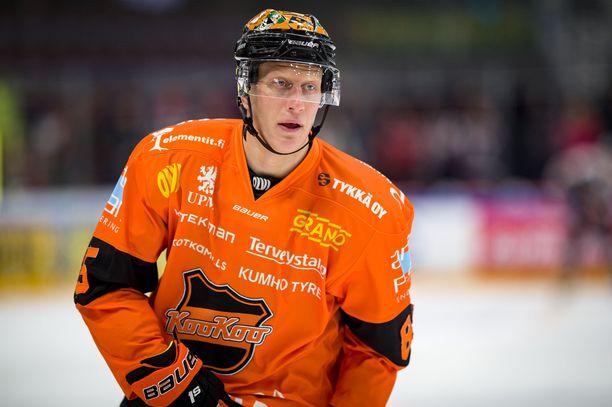 KooKoon Toni Kähkönen on yksi kolmesta viiden pelin pannalla rangaistuista pelaajista.
