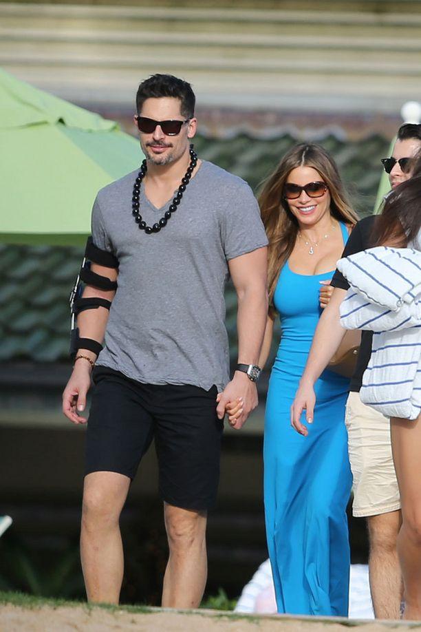 Sofia ja Joe lomailivat jouluna Havaijilla, jossa kihlat vaihdettiin. Sofian sormessa on nähty muhkea timanttisormus.
