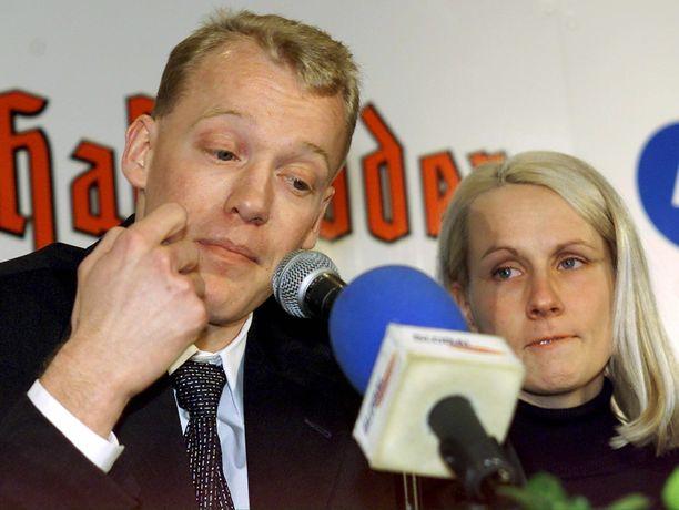 Tästä dopingskandaali alkoi. Jari Isometsä tunnusti 18.2.2001 käyttäneensä hemohesiä. Johanna-vaimo oli tukemassa miestään tiedotustilaisuudessa.