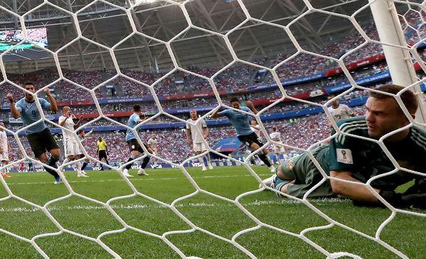 Luis Suárez on yllättänyt Venäjän maalivahti Igor Akinfejevin.
