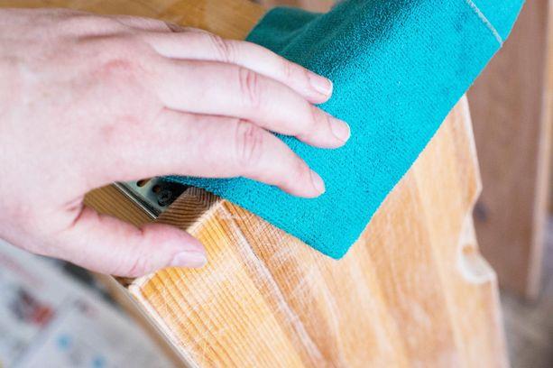 Pyyhi hiontapöly pois puhtaalla ja kostealla liinalla.