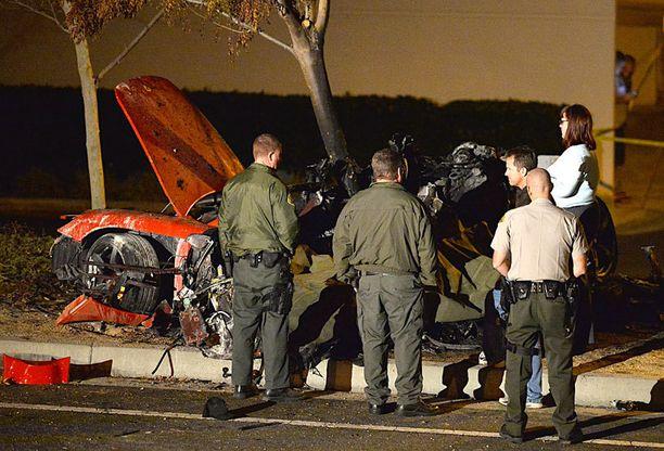 40-vuotias Paul Walker kuoli liikenneonnettomuudessa Santa Claritassa. Onnettomuudessa kuoli myös autoa ajanut Roger Rodas.