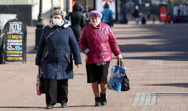 Kaksi naista kävelee Nižni Novgorodissa suojamaskit päällään.