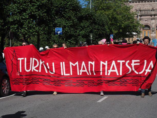 """""""Turku ilman natseja"""", vastamielenosoittajat vaativat."""