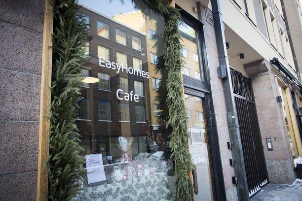 Easy Homes Helsinki -yhtiöllä on katutasossa myös pieni kahvila, joka kaupungin mukaan toimii hotellin vastaanottona.