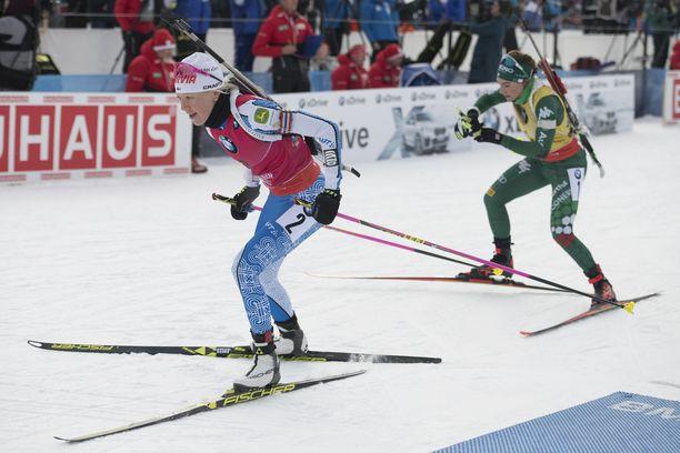 Kaisa Mäkäräinen (vas.) koki, että takaa hiihtävällä Italian Doro Wiererillä oli liukkaampi suksi.