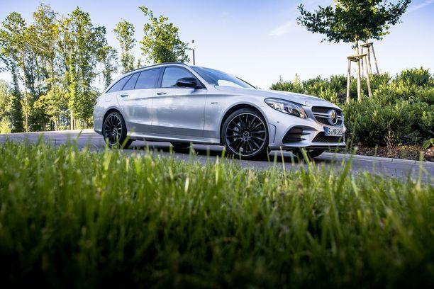 Mercedes-AMG C 43 jylisee ja paukkuu säädettävän pakoputkiston myötävaikutuksella. Satasen vauhtiin päästään 4,8 sekunnissa.