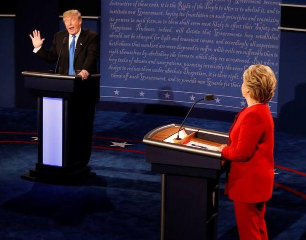 Trumpilla on tapana heitellä hatusta mielipiteitä julkisten esiintymisten aikana. Seuraavalla kerralla mielipide voi olla jo toinen. Kuva Trumpin ja Hillary Clintonin vaaliväittelystä.