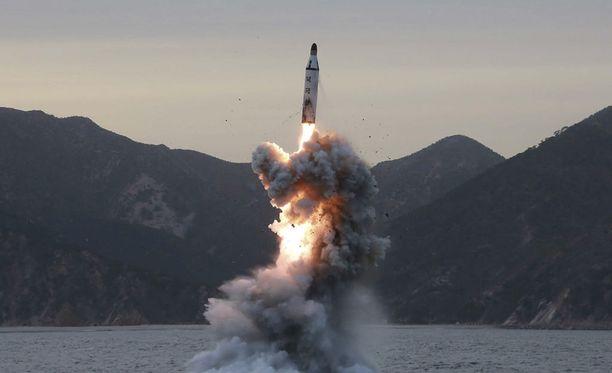 YK:n turvallisuusneuvosto on tuominnut Pohjois-Korean suorittamat ohjuskokeet. Kuvan ohjuskoe on viime vuodelta.