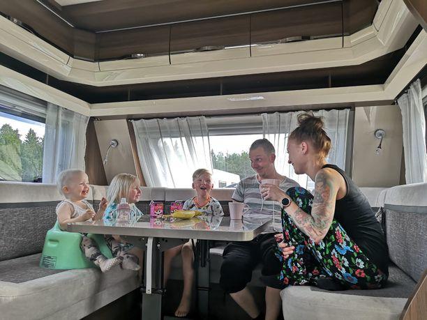 Leinosten perhe on nauttinut kesästä ja ratkaisustaan vaihtaa vanha asuntoauto suurempaan asuntovaunuun. Kesäsuunnitelmia on mukava tehdä yhdessä myös loppukesälle, kun kaikille on riittävästi tilaa.