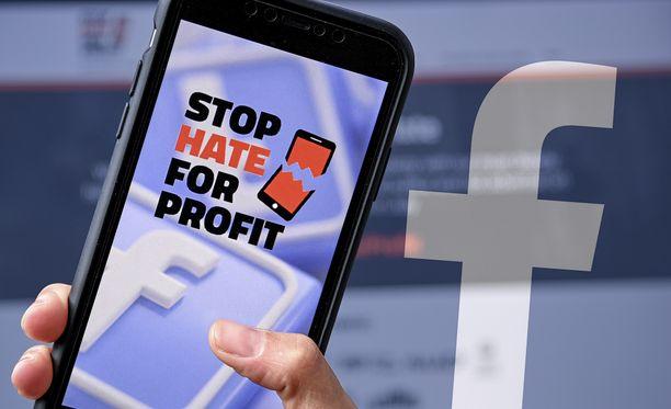Yritykset ja ihmiset ympäri maailmaa ovat nousseet Facebookia vastaan.