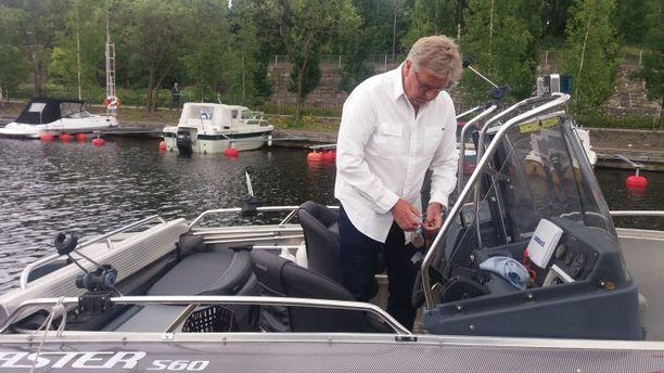 Markus Mattsson viettää kesälomansa Näsijärven rannoilla. Kiekkolegenda kurvasi kesällä Mustanlahden satamaan haastateltavaksi veneellä.