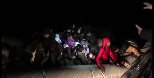 Turkin rannikkovartiosto auttoi siirtolaisia torstaina Egeanmerellä.