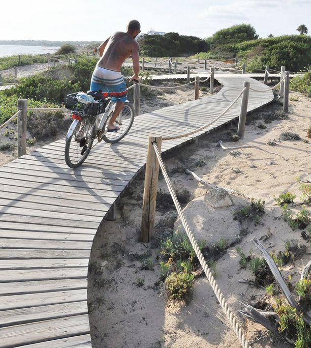 Formenteran hiekkadyyneille pääsee kätevästi myös polkupyörällä.
