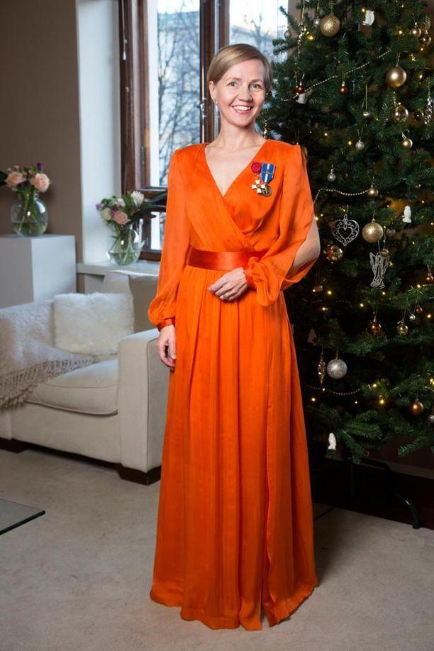 Janinan ja Heidi Sohlbergin yllä nähty puku muokattiin Tiina Laisi-Puheloiselle sopivaksi.