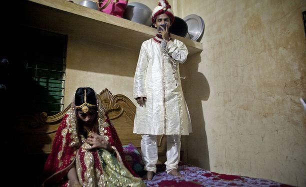 Bangladeshilainen 32-vuotias mies kuvassa tuoreen 15-vuotiaan vaimonsa kanssa.