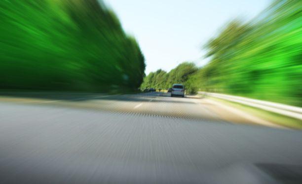 Epäillyn auto ei pysähtynyt annetusta pysähdysmerkistä vaan jatkoi ajoaan, törmäten paon aikana peruuttamalla poliisiautoon ja ajaen noin 100 kilometrin tuntinopeutta kevyenliikenteen väylää. Kuvituskuvaa.