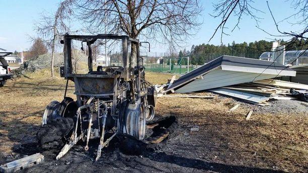 Läheisestä huoltorakennuksesta varastetun traktorin etukuormaajalla tehtiin ensin tuhoja liikuntakeskuksen ympäristöön ja lopulta traktori poltettiin.