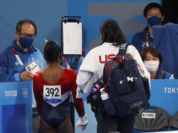 Simone Biles jätti kilpailun kesken.