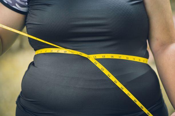Laaja vyötärönympärys kertoo vatsaonteloon kertyneestä rasvakudoksesta eli viskeraalirasvasta.