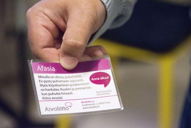 Afasiaa sairastava voi näyttää puhekumppanille korttia, josta selviää, että puhuminen voi olla hankalaa. Englanninkielisenä kortti on hyvä apua ulkomailla.