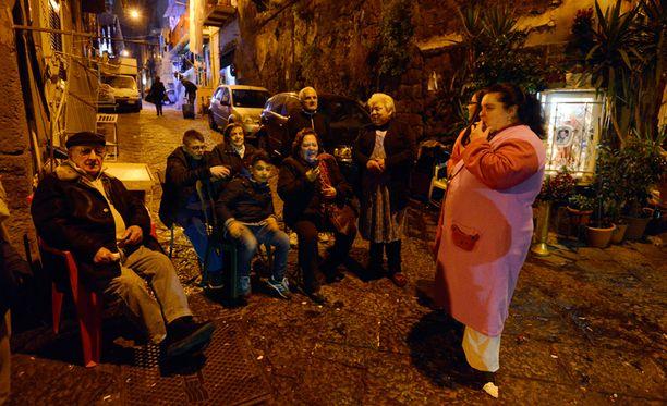 Ihmiset siirtyivät kaduille Napolissa maanjäristyksen takia.