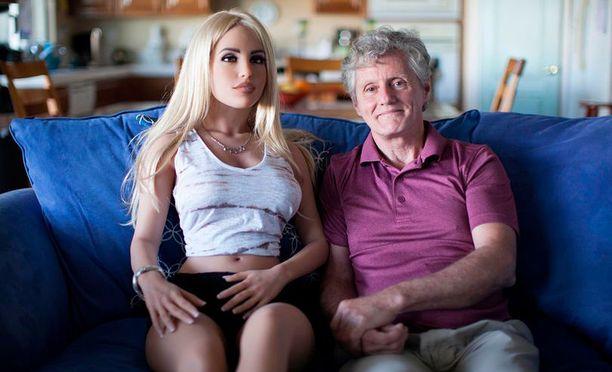 Jamesin vaimo on ymmärtäväinen ja antaa miehensä puuhata seksinuken kanssa.