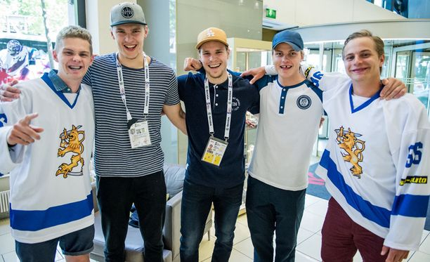 Kasperi Kantonen, Mikko Rantanen, Mikko Lehtonen, Julius Honka ja Aku Kantonen tapasivat Pariisissa.