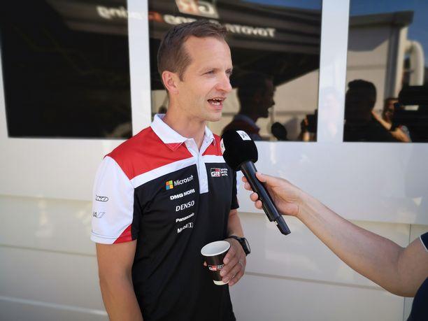 Juho Hänninen ajaa Sardinian MM-rallin testimielessä Toyotallaan.