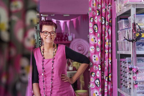 Sanna Leinosen karkkikoruissa on usein hänen lempivärejään pinkkiä ja vaaleanpunaista. Niitä ryydittää musta. Värit toistuvat niin hänen pukeutumisessaan kuin tehtaan sisustuksessa ja esineistössä.