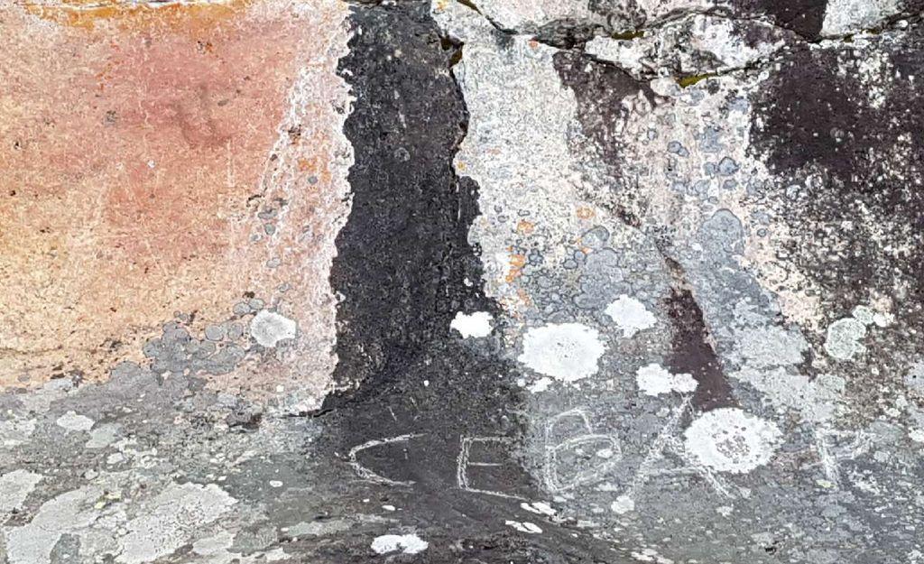 """Katso, mitä typeryyttä: Esihistoriallisia kalliomaalauksia töhrittiin Mikkelissä - """"Törkeyden huippu"""""""