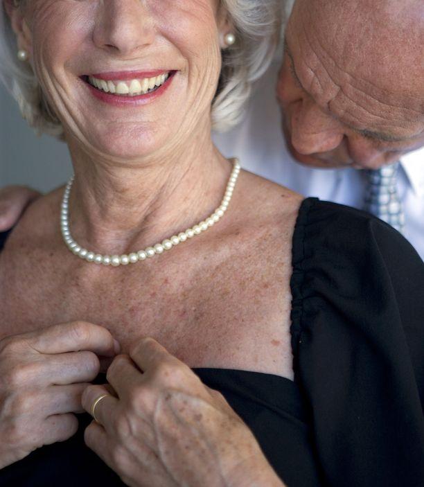 Suukottelu ja erilaiset hellyydenosoitukset pitkin päivää kuuluvat pariskunnan arkeen. Eläkepäiviä viettävä pariskunta voi nauttia läheisyydestä eri tavoin välillä jopa koko päivän ajan. Kuvituskuva.