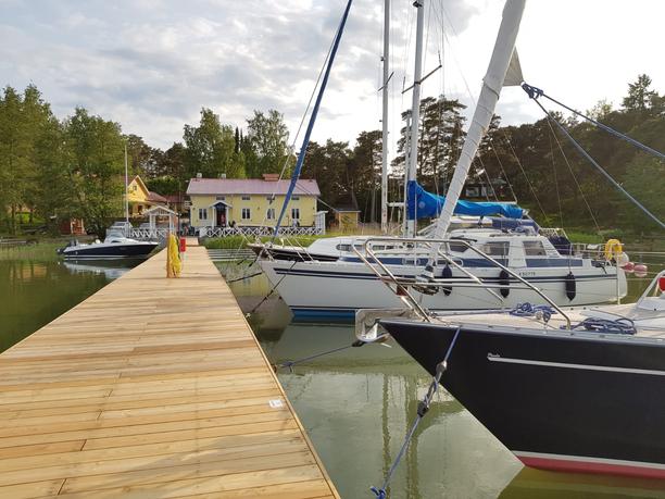 Ravintola Rantamakasiinin edustalla on veneille suojaisa paikka pysähtyä odottamaan ruokaa.