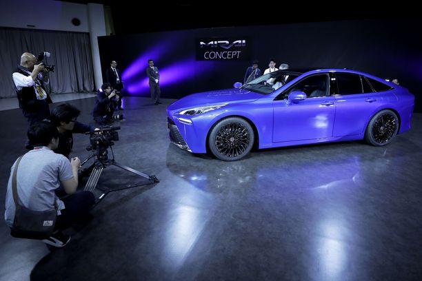 Ensi-ilta. Toyota esitteli toisen polven polttokennoautonsa Mirain aivan Tokion autonäyttelyn aattona.