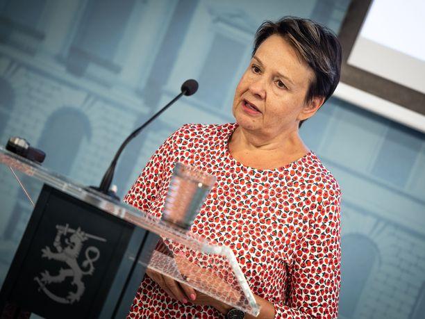 STM:n kansliapäällikkö Kirsi Varhila puolustaa Suomen maskilinjauksia.