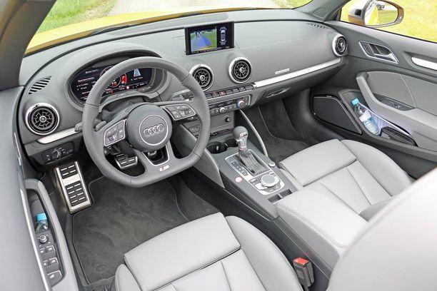 Ohjaamo lähes samanlainen kaikissa versioissa. Kuvassa Audi S3 Cabrioletin ohjaamo. S-logo erottuu ratista.