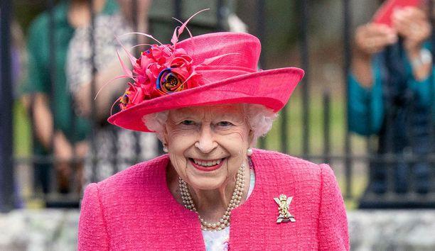 Kuningatar Elisabet oli yhtä hymyä Balmoraliin saapuessaan.