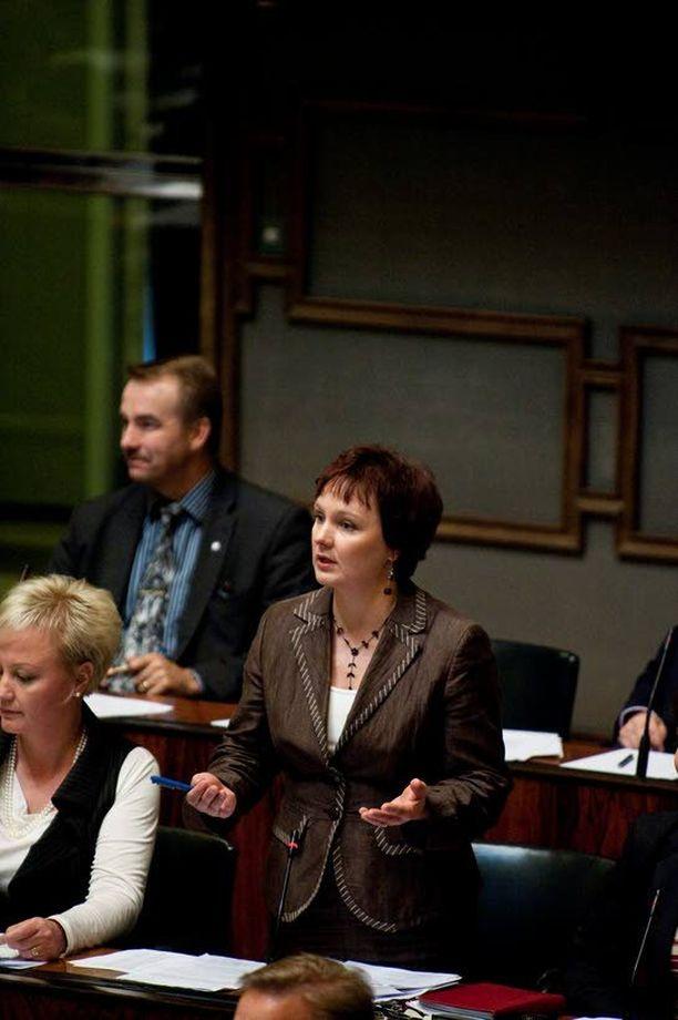 Anne Kalmari kaahasi tutkaan maaliskuussa matkalla vaalitilaisuuteen.