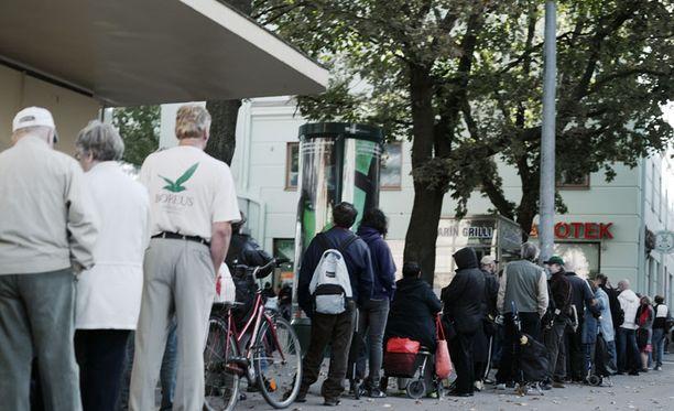 Helsingin Kallion leipäjonossa riittää kävijöitä monta kertaa viikossa.