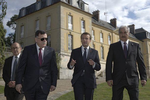 Ranskan presidentti Emannuel Macron neuvotteli Libyan kriisistä Libyan pääministerin Fayez al-Sarrajin (vas.) ja Libyan kansallisarmeijan kenraalin Khalifa Haftarin (oik.) kanssa.
