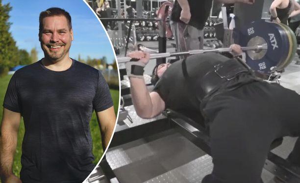 Noin 105 kiloa painava Timo Hokkanen, 41, nostelee huomattavasti itseään painavampia rautoja.