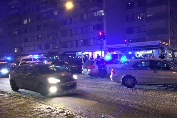 Turun Hämeenkadulla maanantaina kello 17.55. Kiinniotettavan auto on tumma Audi poliisiautojen ympäröimänä.