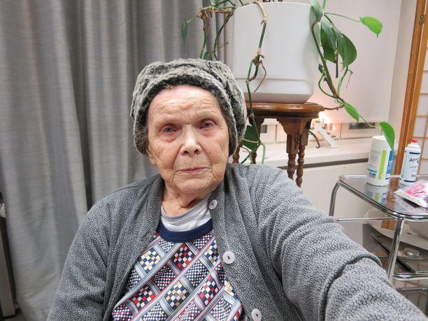 Kun Liisa palkkasi asianajajakseen Mika Miesmäen, hän sai sovittua taloyhtiön kanssa, että Liisan asunnossa käy säännöllisesti siivooja ja asunnot pidetään siistinä.