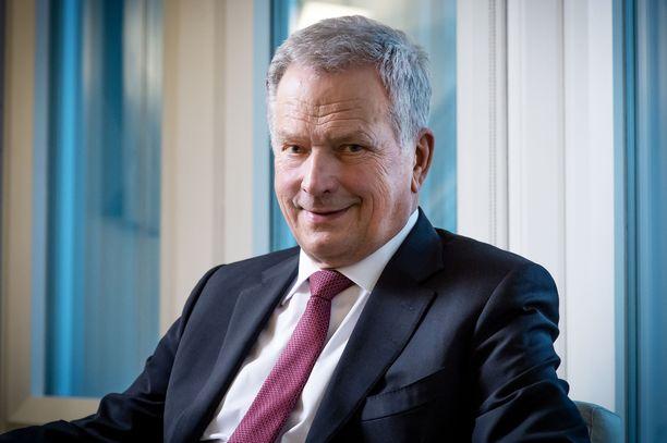 Presidentti Niinistö kertoi lukeneensa arvostelua, jonka mukaan presidentin pitäisi ulko- ja turvallisuuspolitiikankin kysymyksissä kannattaa hallituksen linjauksia.