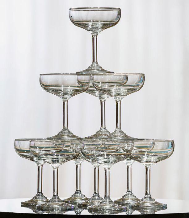 Perimätiedon mukaan tämän lasin malli perustuu kuninkaallisen rakastajattaren poveen. Kuppikoko sai aivan uuden merkityksen.