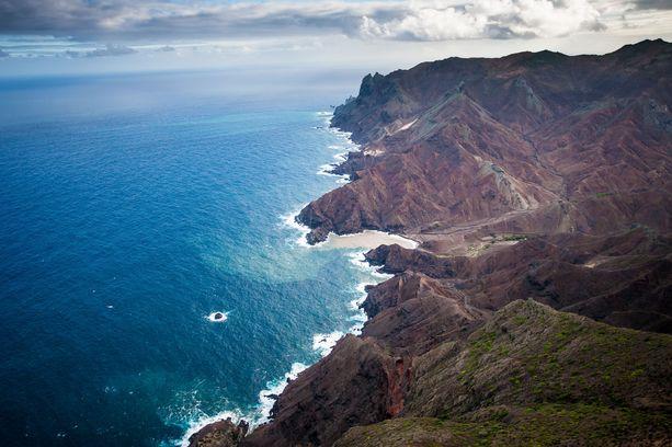 Saint Helenan saari sijaitsee lähes 2000 kilometrin päässä Afrikan rannikosta.