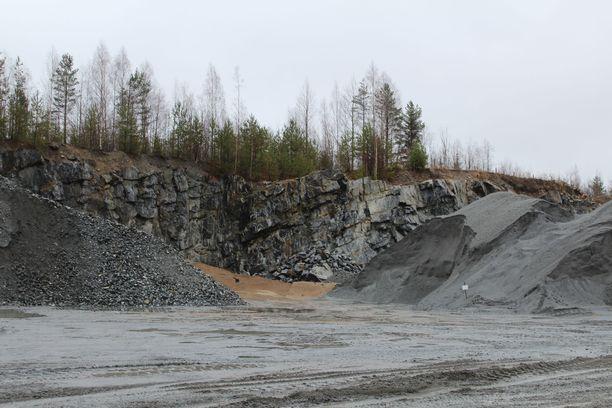 Räjäytyspaikka sijaitsee alle puolen kilometrin päässä omakotitalosta, jonka päälle kiviä lensi.