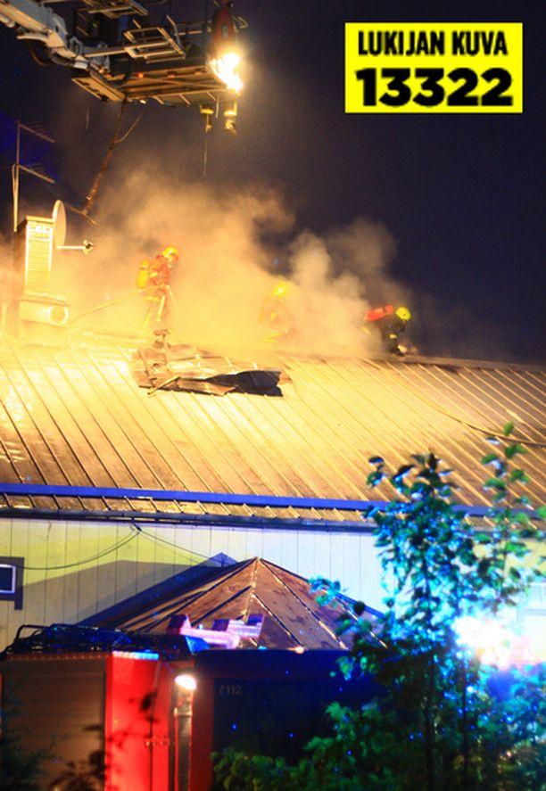 Palomiehet joutuivat avaamaan talon kattoa sammuttaakseen palon.